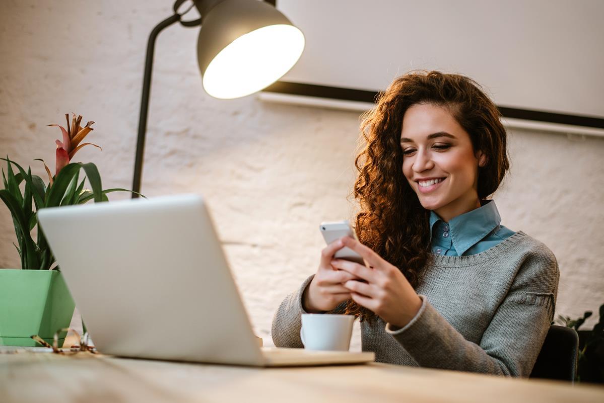 kobieta korzystająca z blika na smartfonie