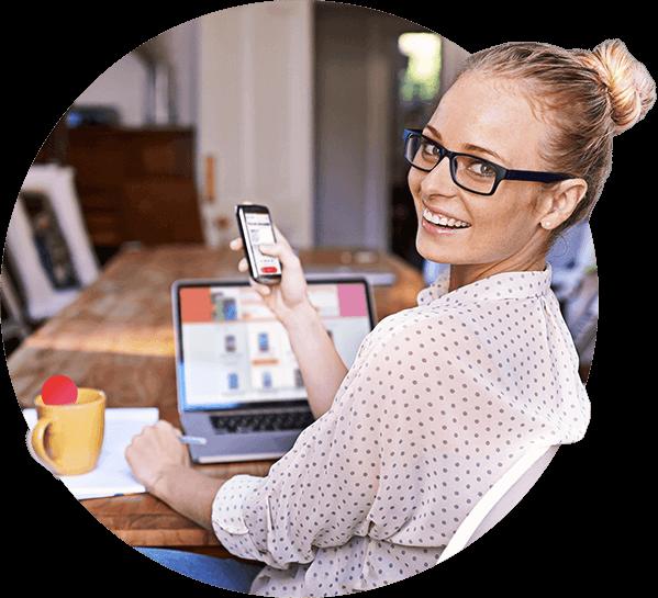 Kobieta korzystająca z płątności BLIK na smartfonie