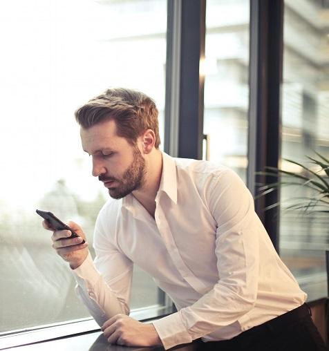 Mężczyzna korzystający z Direct Billing na smartfonie